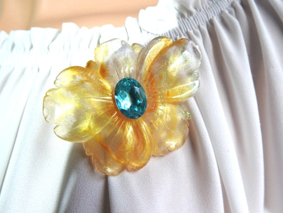Floral brooch pin