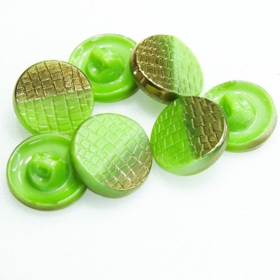 Rare vintage buttons, bicolored gold and green, with shank, with a nice retro scale-design.  Lot of 7 buttons | 15 mm | 0.590''