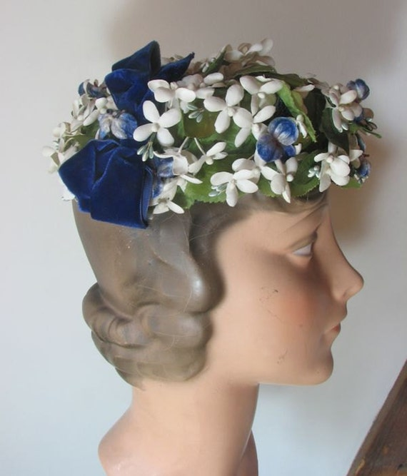 1950s White Narcissus Hat with Scattered Blue Viol