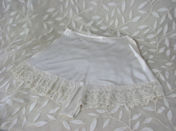 1920/30s Ivory Satin Tap Pants with Lace Trim ....