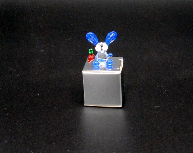 e30-00 Miniature Bunny with Carrot