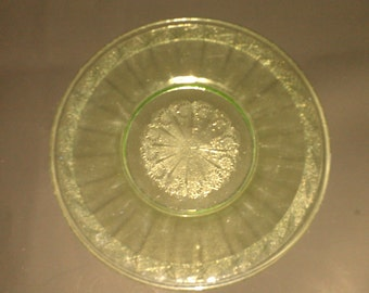 Vtg green Anchor Hocking plate with star-patterned center and daisy print