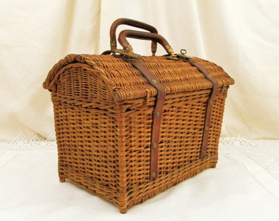 Antique French Wicker Picnic Basket by Champagne House Coste Folcher with Leather Handle and Clasps in Excellent Condition, Country Decor