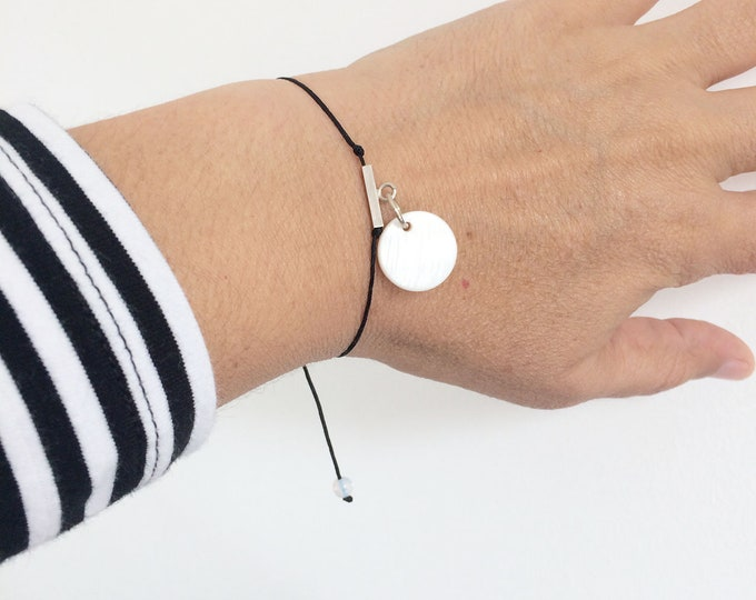 Circle charm bracelet - minimalist friendship bracelet - mother of pearl and silver bracelet - adjustable size - gift for girlfriend