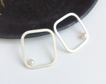 Minimal geometric pearl earrings - square sterling silver stud earrings - freshwater pearl - modern earrings - pearl jewelry -bridal jewelry