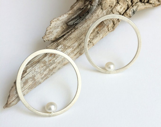 Open circle and pearl earrings - sterling silver stud earrings - freshwater pearl - minimal modern earrings - pearl jewelry - bridal jewelry