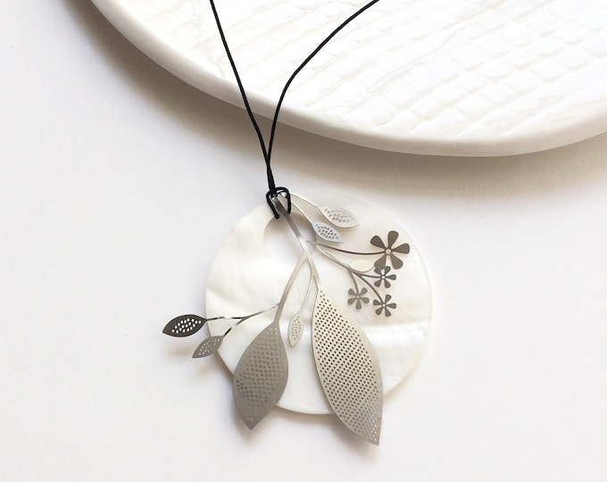 Statement flower pendant necklace - mother of pearl circle pendant - delicate steel flower necklace - modern floral jewelry - gift for her