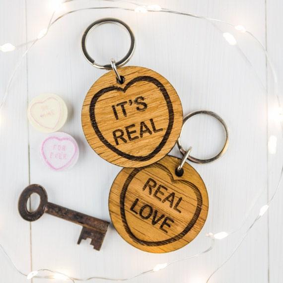 Personnalisé St-Valentin Cadeaux porte-clés clé de son /& Hers Coeur Anniversaire Chêne