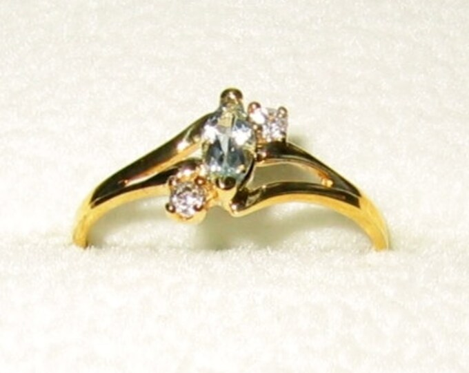 10K Solid Yellow Gold...Ladies Fashion Ring... Size 6 3/4.