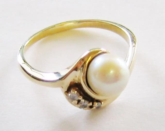 14K Solid Yellow Gold, Diamond and Pearl Ladies Ring….Vintage !