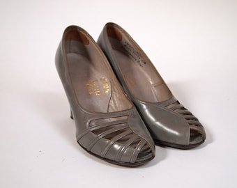 Vintage 1950s grey gray leather high heeled peep toe pumps with cut out detail on toe