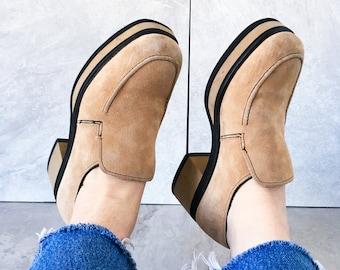 341fc47268c 90 s Tan Suede Platform Loafers   Block Heel   Size 8 M