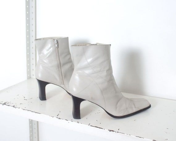 90s white minimal ankle boots 11 - image 4