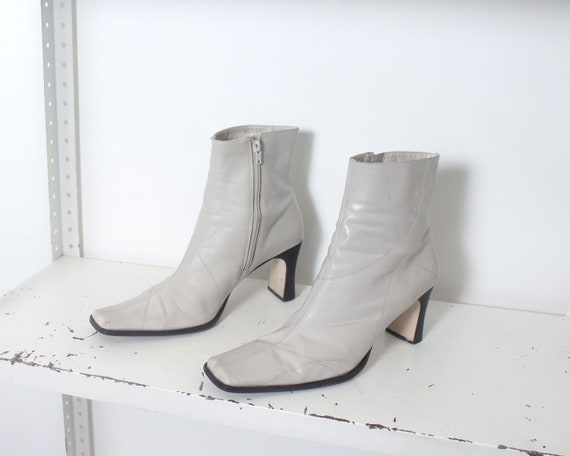 90s white minimal ankle boots 11 - image 7