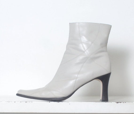90s white minimal ankle boots 11 - image 1