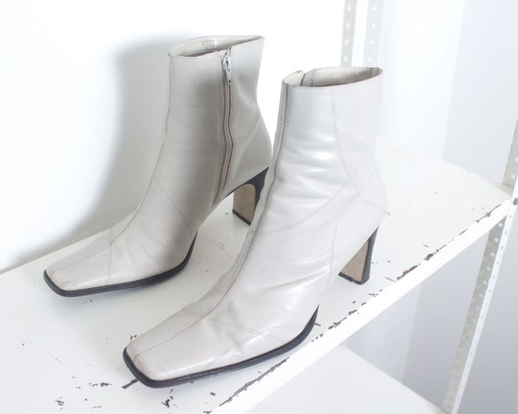 90s white minimal ankle boots 11 - image 2