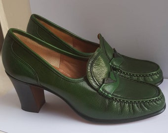 c2dc22d8162a41 Barker of Earls Barton Green Leather Shoes 1970s Vintage England Seventies  Fashion Court Shoes Pumps Geek Chic Librarian - Size 3 US 5 B