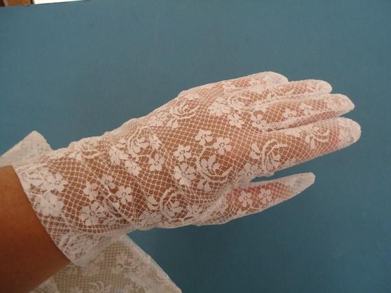 Vintage White Stretch Nylon Lace Wrist Gloves 1980