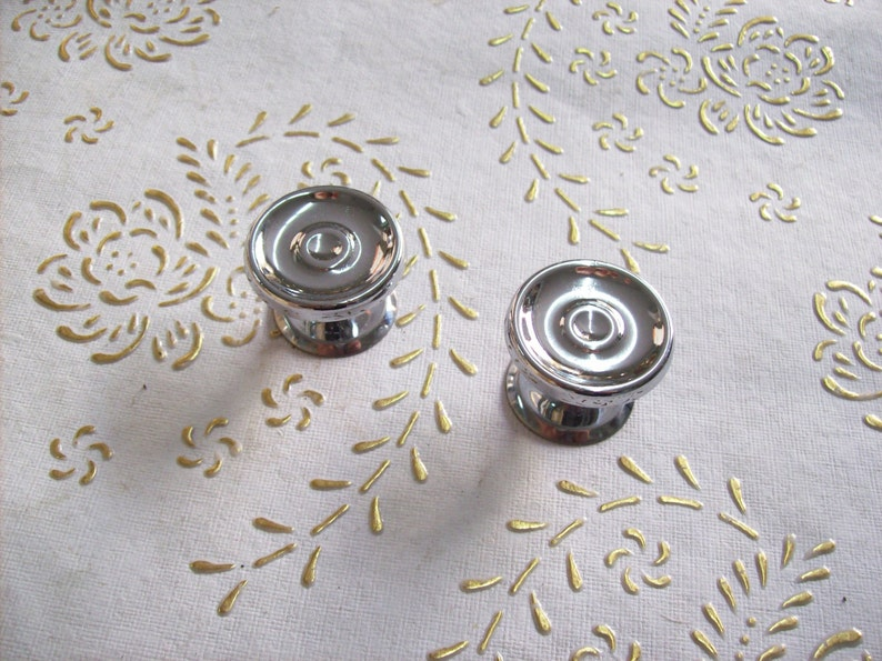 art.322 knob in chrome plated steel.Diameter mm total height knob mm.23 Italy chrome knobs in high quality base mm.30 30