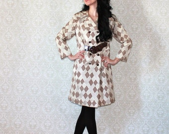 CLASSIC 1970's Vintage Tailored fitted double breasted trench coat w/ pockets attached belt tan beige argyle diamond print women size M to L