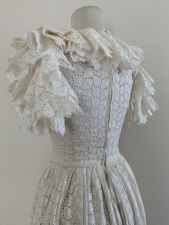 VIntage 1950s White Cotton Eyelet Dress / Vintage… - image 2