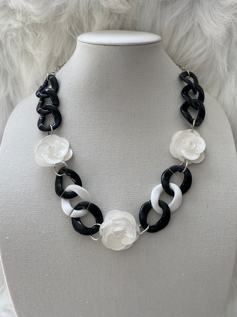 black and white acrylic chainnecklace. White acrylic flowers