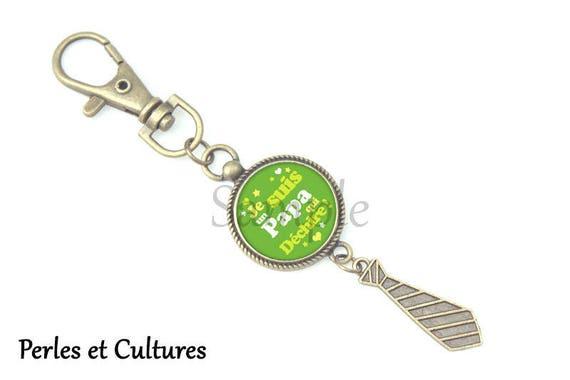 534381cb4b43 Porte clés Cadeau PAPA Je suis Papa qui déchire vert   Etsy
