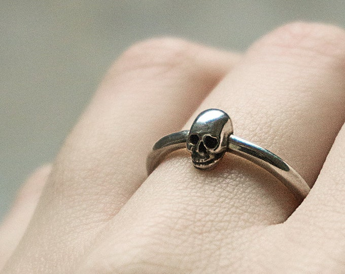 Tiny Sterling Skullring for Ladys, Tiny Memento Mori Ring