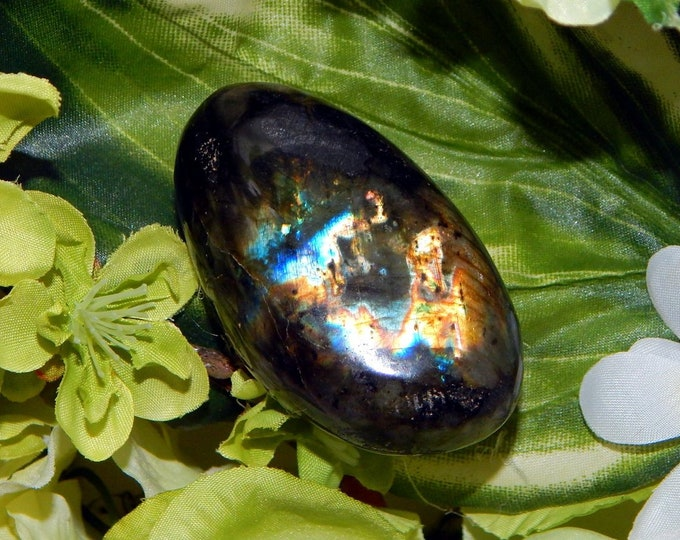 76g Polished Labradorite palm stone - gold and blue flash Spectrolite - Reiki Wicca Pagan Geology gemstone specimen