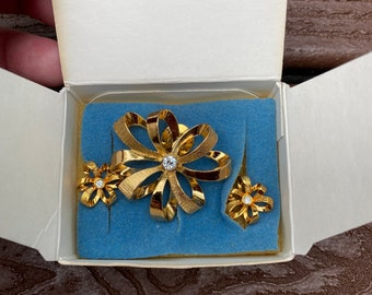 AQ2 Pierced Earrings Set Gold tone Faux Pearl Victorian-style Brooch Pretty Vintage Black
