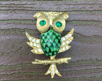 Vintage Jewelry Beautiful Gold Tone and Green Owl Pin Brooch