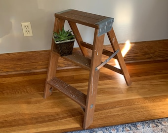 Primitive White Wood Step Stool Milking Stool Foot Stool Shabby Cottage Chic Distressed Small Bench Plant Stand Coffee Table Farmhouse Decor