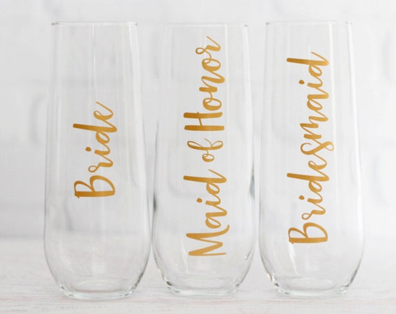 bridesmaid champagne glasses // personalized bridesmaid gifts // personalized champagne flutes // bridesmaid proposal // mom of bride gift