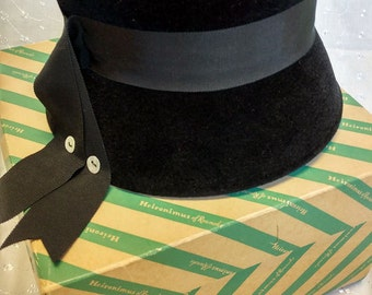 50ccf40be31 Pre-1934 Union Made Vintage Black Wool Cloche with Grosgrain Band and Ribbon  in Original Heironimus