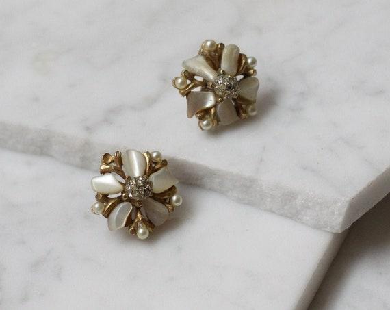 1960s white and brass flower earrings // 1960s flower clip on earrings // vintage earrings