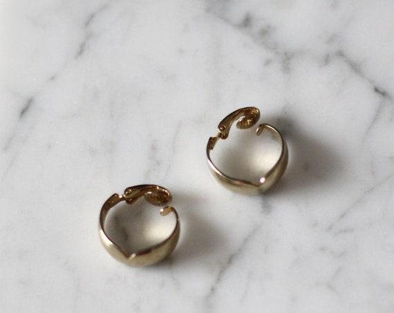 1980s gold cut out hoop earrings // 1980s hoop earrings // vintage earrings