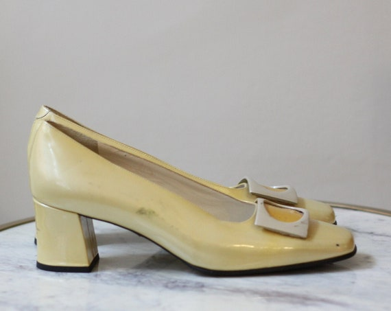 1960s yellow pilgrim pumps // 1960s mod shoes // vintage mod heels