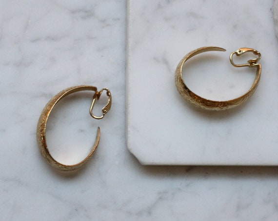 1980s gold oval hoop earrings // 1980s clip on hoop earrings // vintage earrings