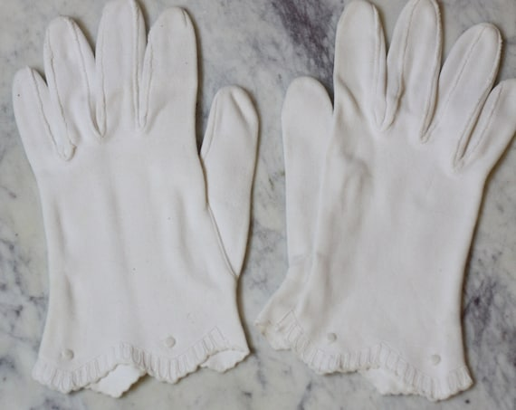 1960s white scallop gloves // cocktail gloves // vintage gloves