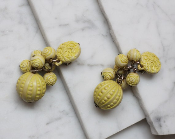 1930s bakelite carved earrings // 1930s drop earrings // vintage earrings