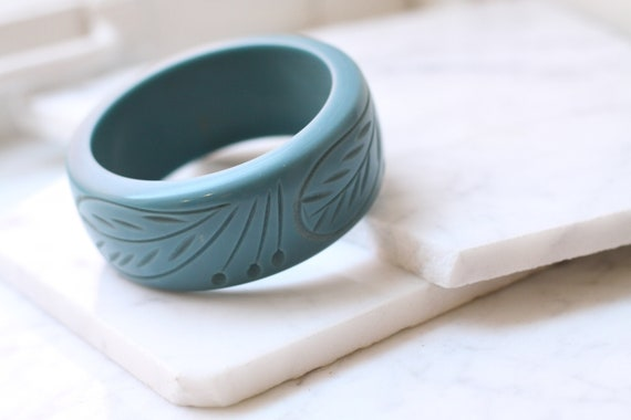1950s blue carved bangle // 1950s cuff bracelet // vintage jewlery