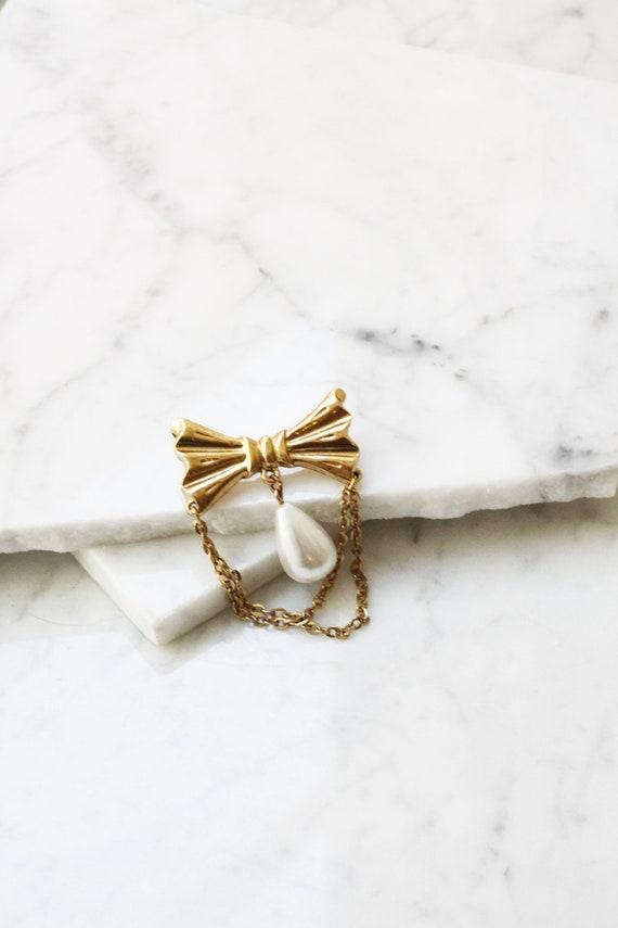 1980s gold bow brooch // 1980s pearl brooch// vintage brooch