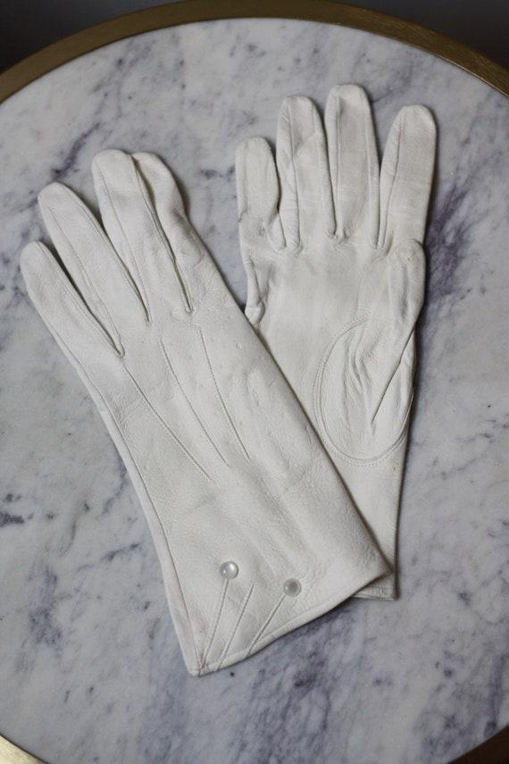 1960s white leather gloves // cocktail gloves // v