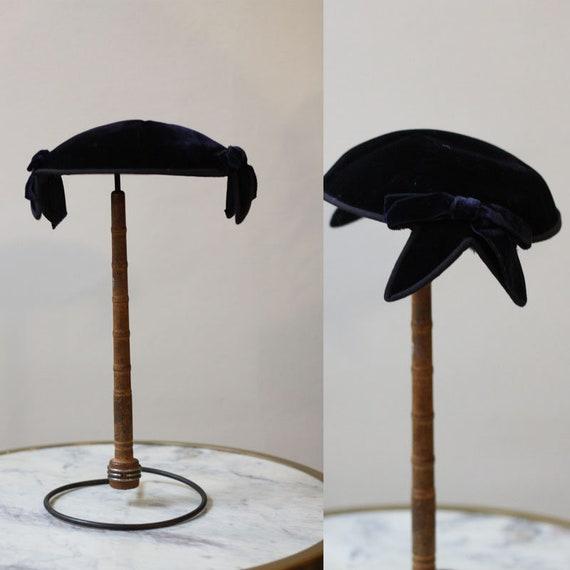 1950s navy blue velvet hat // 1950s shell shape velvet hat // vintage hat