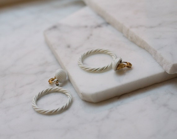 1980s white metal hoop earrings // 1980s circle earrings // vintage earrings