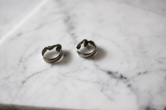 1980s small silver hoop earrings // 1980s silver earrings // vintage earrings