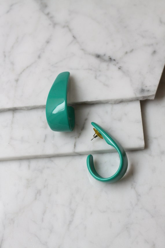 1980s green plastic half hoop earrings // 1980s hoop earrings // vintage earrings