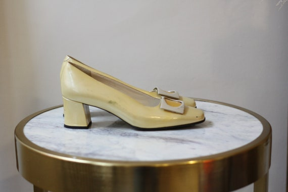 1960s yellow pilgrim pumps // 1960s mod shoes // v