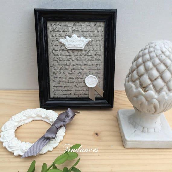 Cadre Noir Sur Tissus Impression Ancienne Ecriture Agrémente D Une Couronne En Ceramique Et D Un Cachet