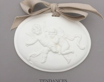 Locket oval angels in gypsum white with a bow